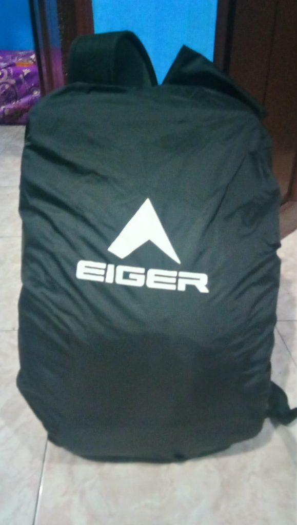 Cover Bag dipasangkan di Tas