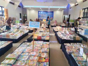 Pengunjung Mendatangi Bazar Buku Murah Barabai 2019