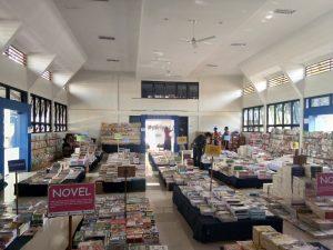 Suasana Bazar Buku di dalam Gedung Balai Rakyat